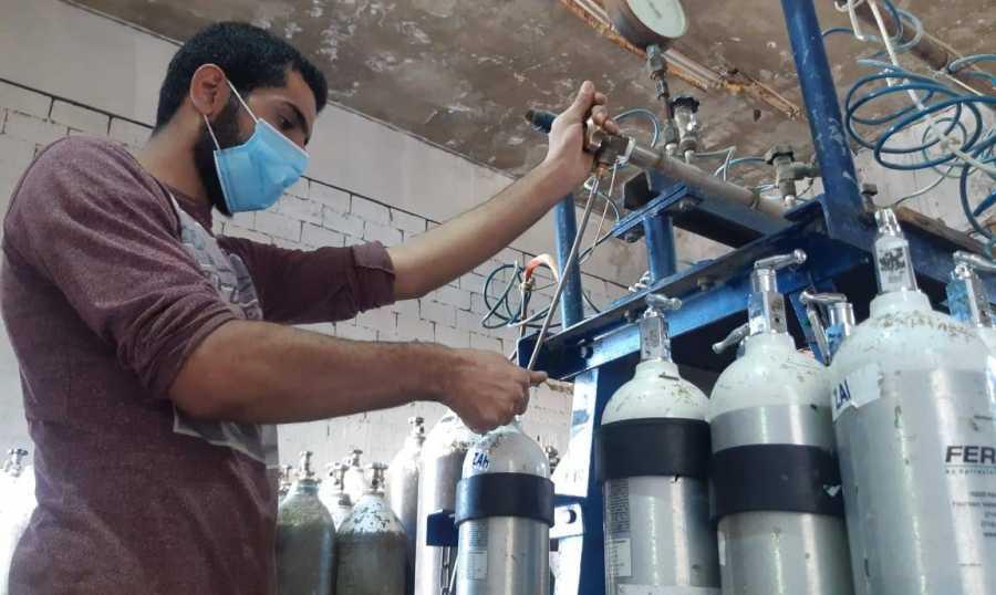 ثلاث شاحنات جزائرية محملة بالأوكسيجين تستعد للدخول إلى تونس