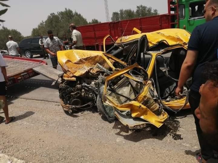 في حادث خطير: وفاة جميع ركاب تاكسي إثر اصطدامها بشاحنة